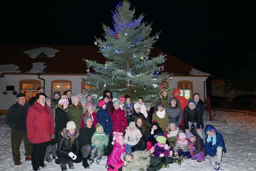Zdobenie vianočného stromčeka s Maticou