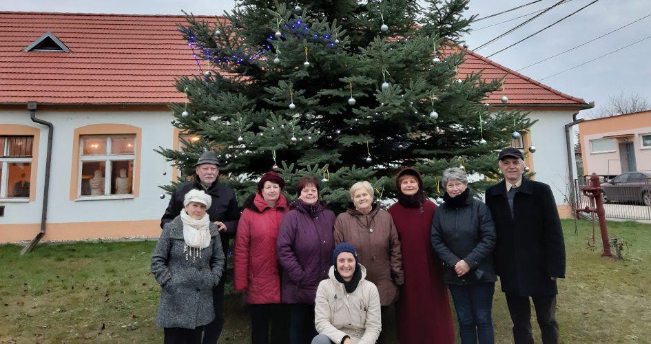 Stromček pred klubom Matice slovenskej  je rozsvietený